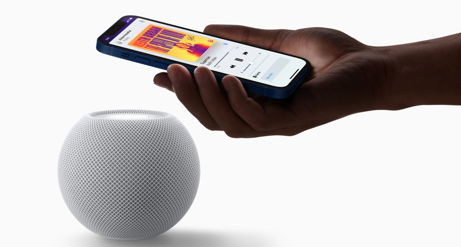 Apple_homepod-mini-white-iphone-pairing_10132020_big.jpg.large_2x